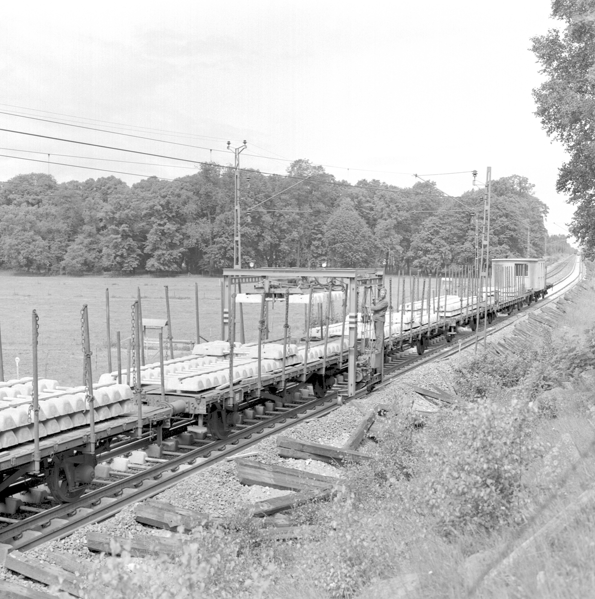 Spårrevision. Räls och slipersbyte (betongslipers). Linjen Rotebro, R - Zlpv. Uttransport av färdigt spårspann