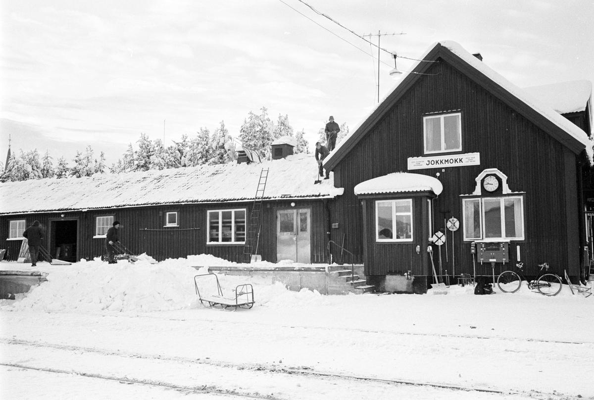 Skottning av tak. Jokkmokk station. Inlandsbanan. Filminspelning BBC