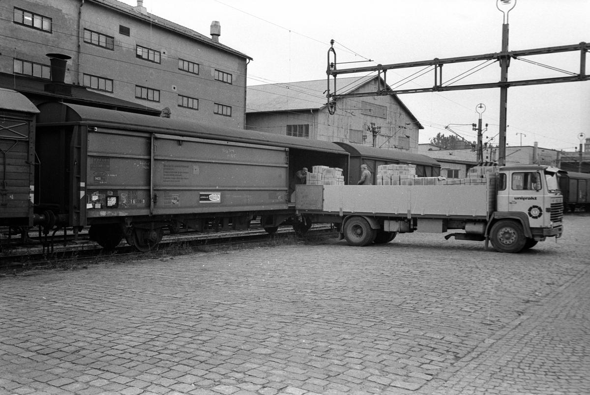 Lossning av österrikisk vagn.