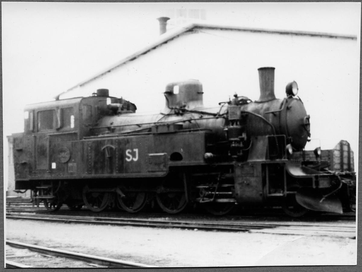 """Statens Järnvägar, SJ N4p 3160. Ångloket är före detta Norra Östergötlands Järnvägar, NÖJ lok 18, tillverkat av Motala Verkstad 1920 för spårvidd 891mm. Det Kallades """"Sveriges vackraste smalspårsånglok"""". 1963 blev museilok på Östergötlands Järnvägsmuseum i Linköping."""