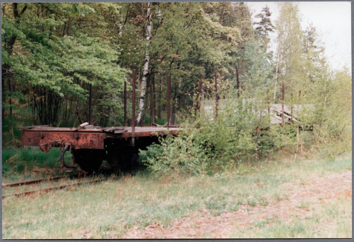 En smalspårsgodsvagn kvarglömd vid Hjortkvarns bangårdsområde, efter nedläggningen av banan.