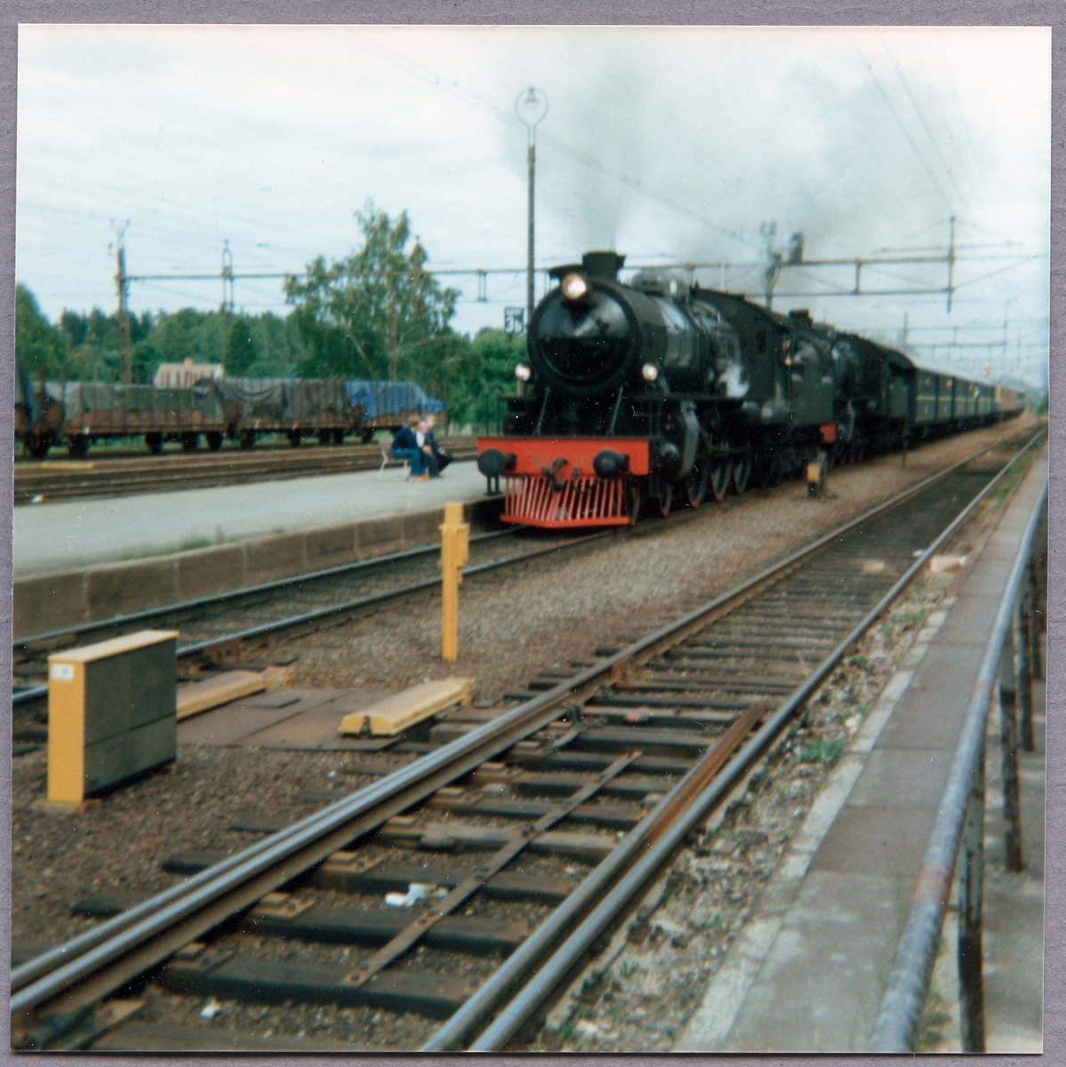 Bergslagernas Järnväg, BJ H3s 111 och BJ H3s 112 passerar Frövi station.