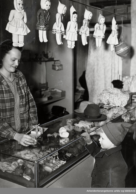 Dukkeklinikken. Frk. Løvseth og Rolf Steinar Kramer. Februar 1950