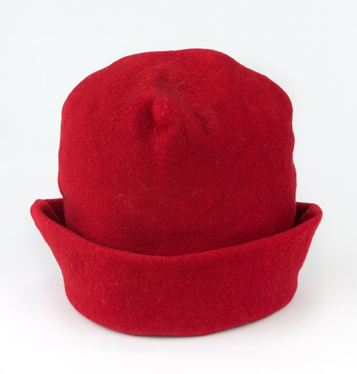 Mansluva, rödluva. Stickad av rött ullgarn, filtad och fodrad med grov linnelärft.