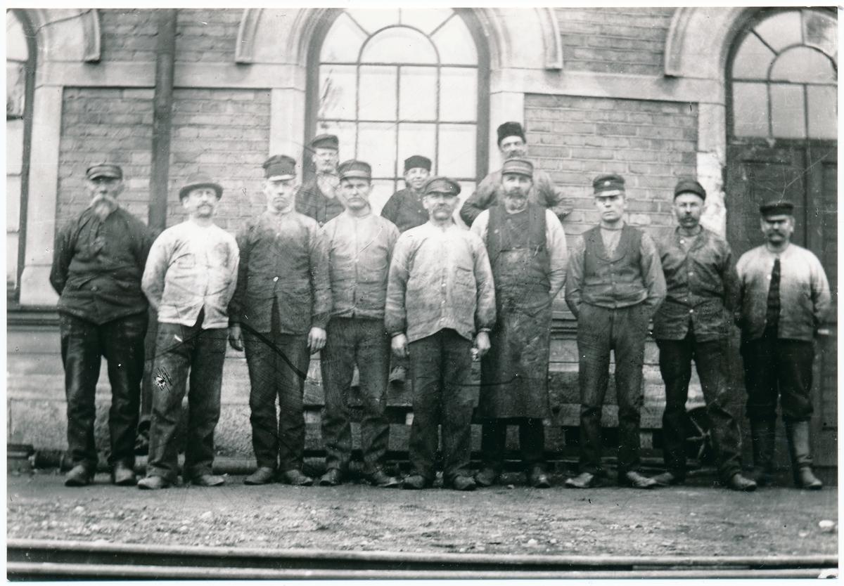 Personalen uppställd för fotografering  utanför verkstaden i Köping år 1890.