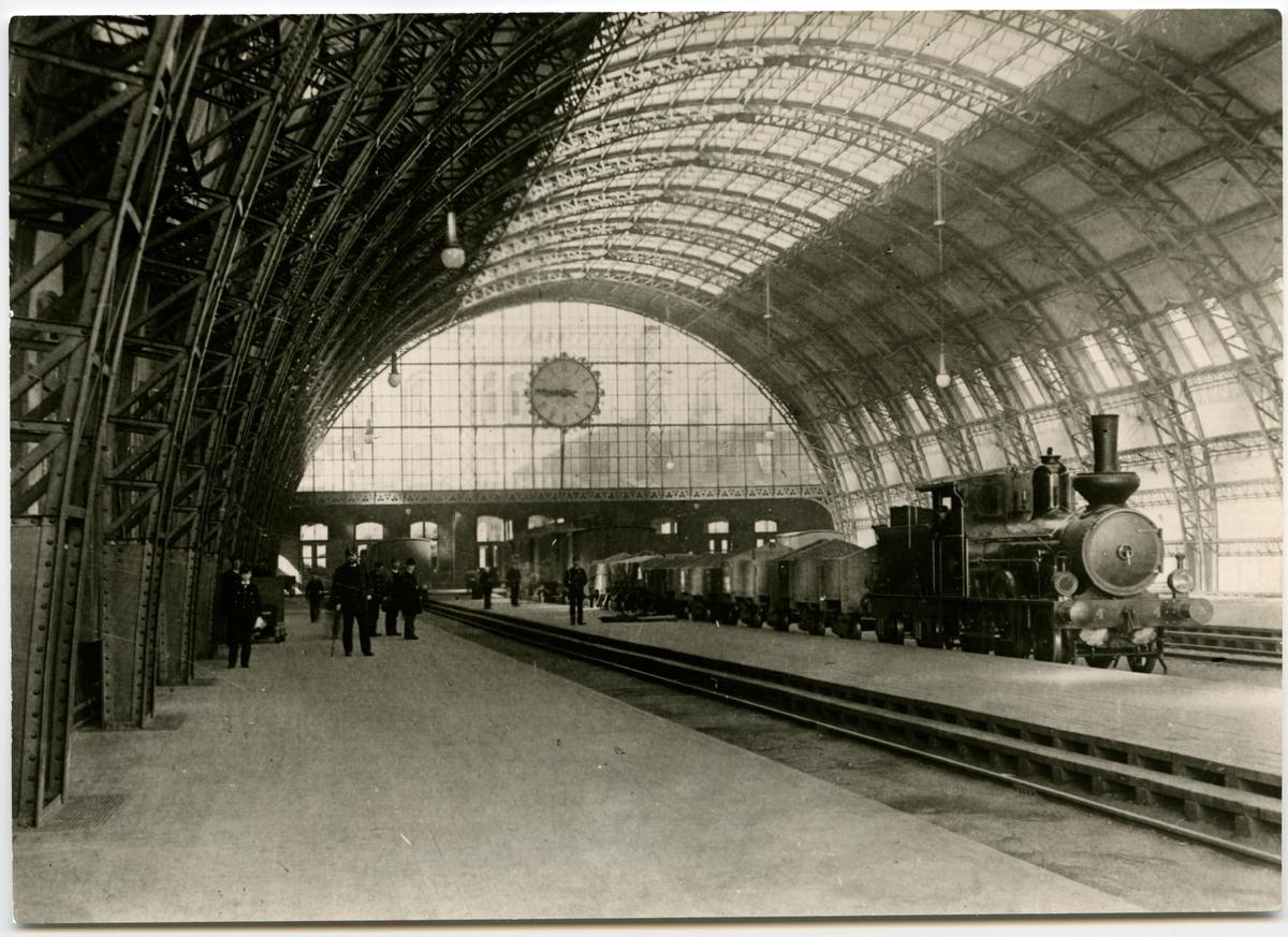 Banhallen 1890-talet (1891--1923). Tåget som står inne är ett blandtåg på Malmö-Simrishamns Järnväg SJ B 4