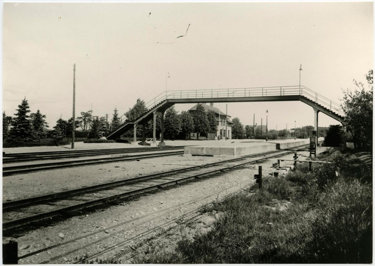 Gångbro över bangård på Stenungsunds station.
