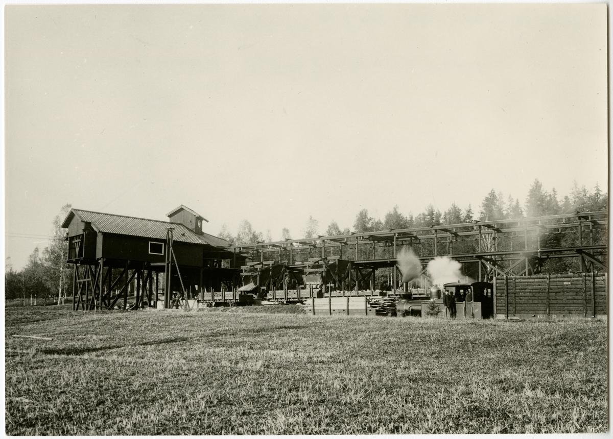 """Riddarhyttan, Köping Uttersbergs Järnväg, KUJ lok 6 """"Ferna"""" (1884--1957 ) Godsvagn KUJ 135, 142 , 63 och 83"""
