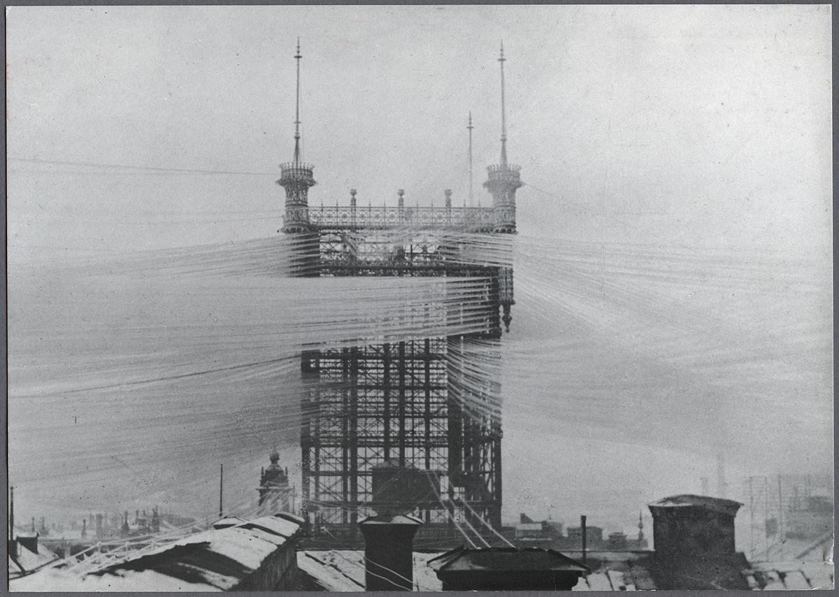 Telefontornet i rimfrost, slutet av 1800-talet. På taket till den nya telefonstationen vid Malmskillnadsgatan i Stockholm byggdes 1886 ett jättestort torn i järn. Därifrån gick 4000 telefontrådar ut över hustaken i staden. Stationen var världens största i sitt slag och Stockholm den telefontätaste staden i världen vid den här tiden. Telefontornet stod kvar till 1953 då det måste rivas efter en eldsvåda. Tornet brann den 23 juli 1952.
