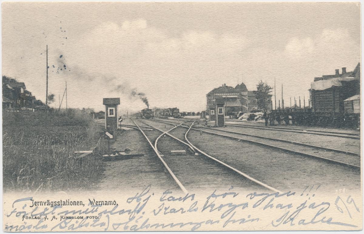 Wernamo station. Halmstad-Nässjö Järnväg, HNJ. Första stationshuset byggdes 1877 och revs 1995 för att det stod i vägen för en planerad  vägkorsning. Första lokstallet byggdes 1875 men revs 1894 och ett nytt byggdes på annan plats på bangården. Ett nytt stationshus byggdes 1899 av Skånes-Smålands Järnväg, SSJ men byggnaden användes aldrig som järnvägsstation då SSj och HNJ enades om att använda HNJ station. 1902 byggdes ett nytt gemensamt stationshus vid godsmagasinet. 1903 anslöts Borås- Alvesta, BAJ hit och då byggdes ett nytt godsmagasin som  bekostades av BAJ. Detta magasin tillbyggdes 1918 och 1935. HNJs gamla stationshus flyttades 1902 och blev bostads- och överliggningshus.