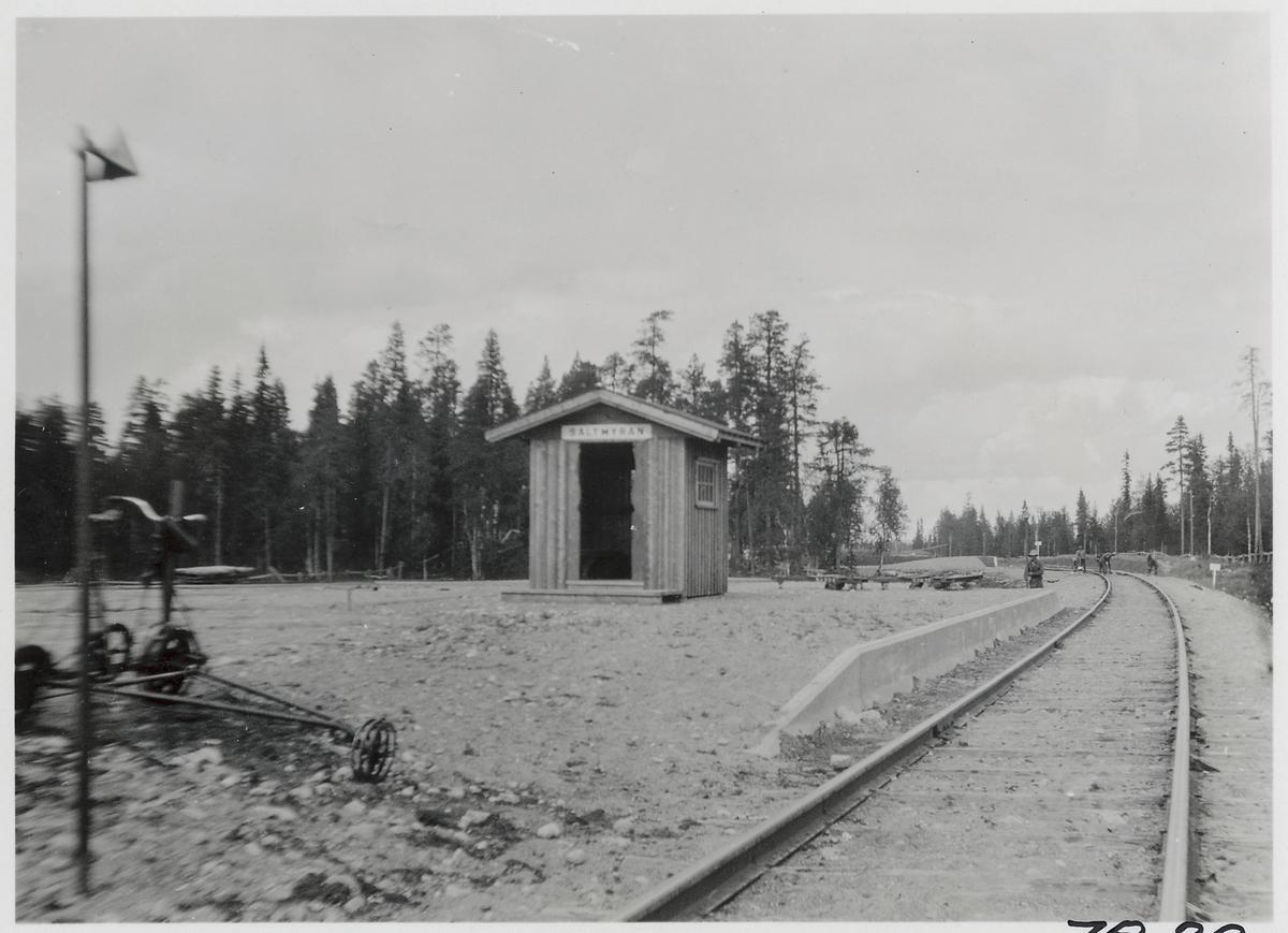 Saltmyran station. Statens Järnvägar, SJ. Hållplatsen anlades 1942. Är en gammal järnvägsanhalt. Området är numera i stort sett obebott och används till en del som torvtäkt.