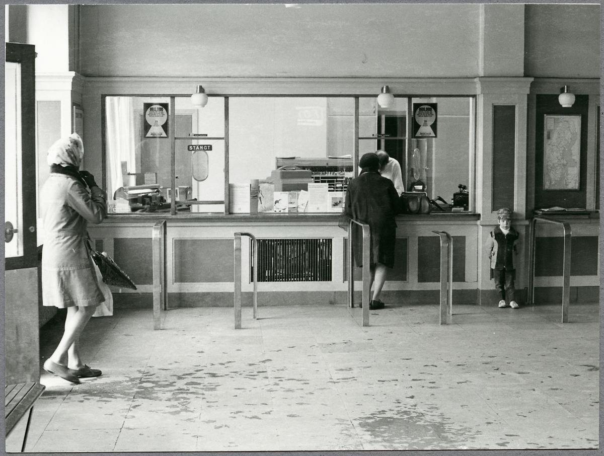 Interiör av Skövde stationshus, biljettexpeditionen.