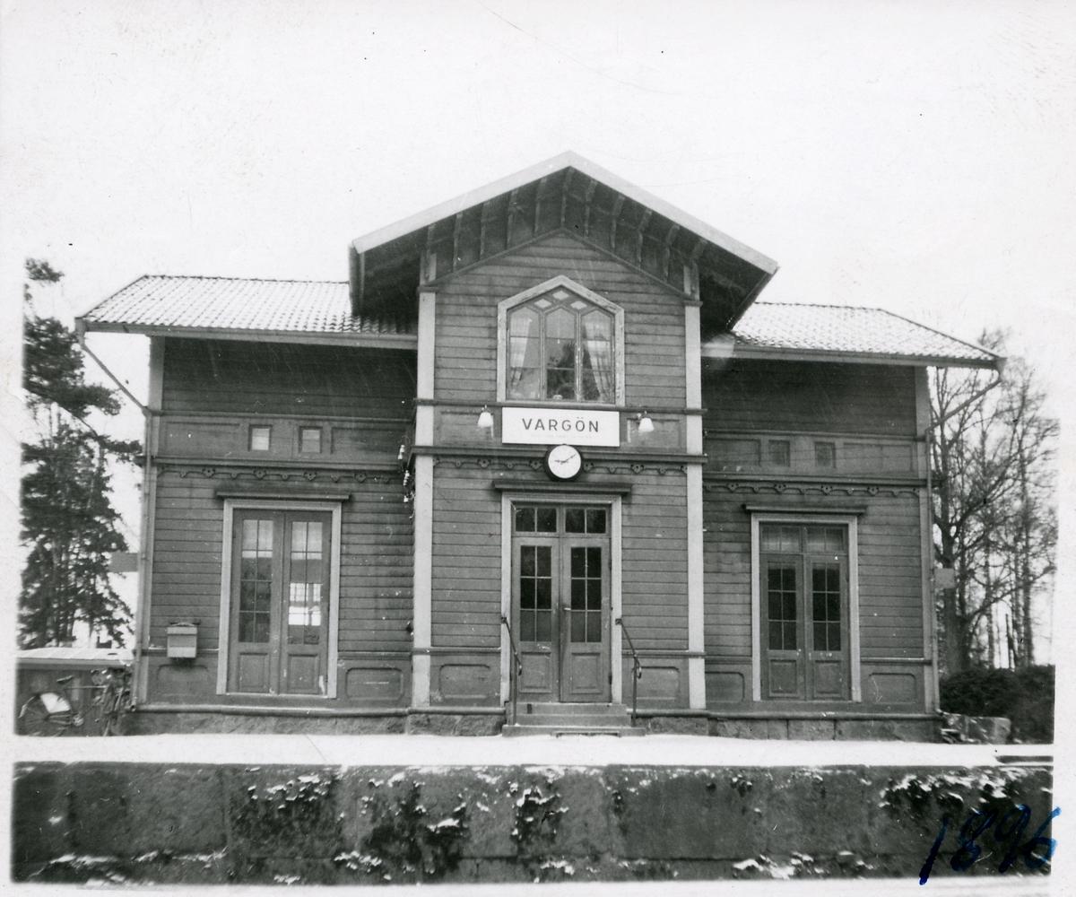 Vargön station, fasad mot spåret.