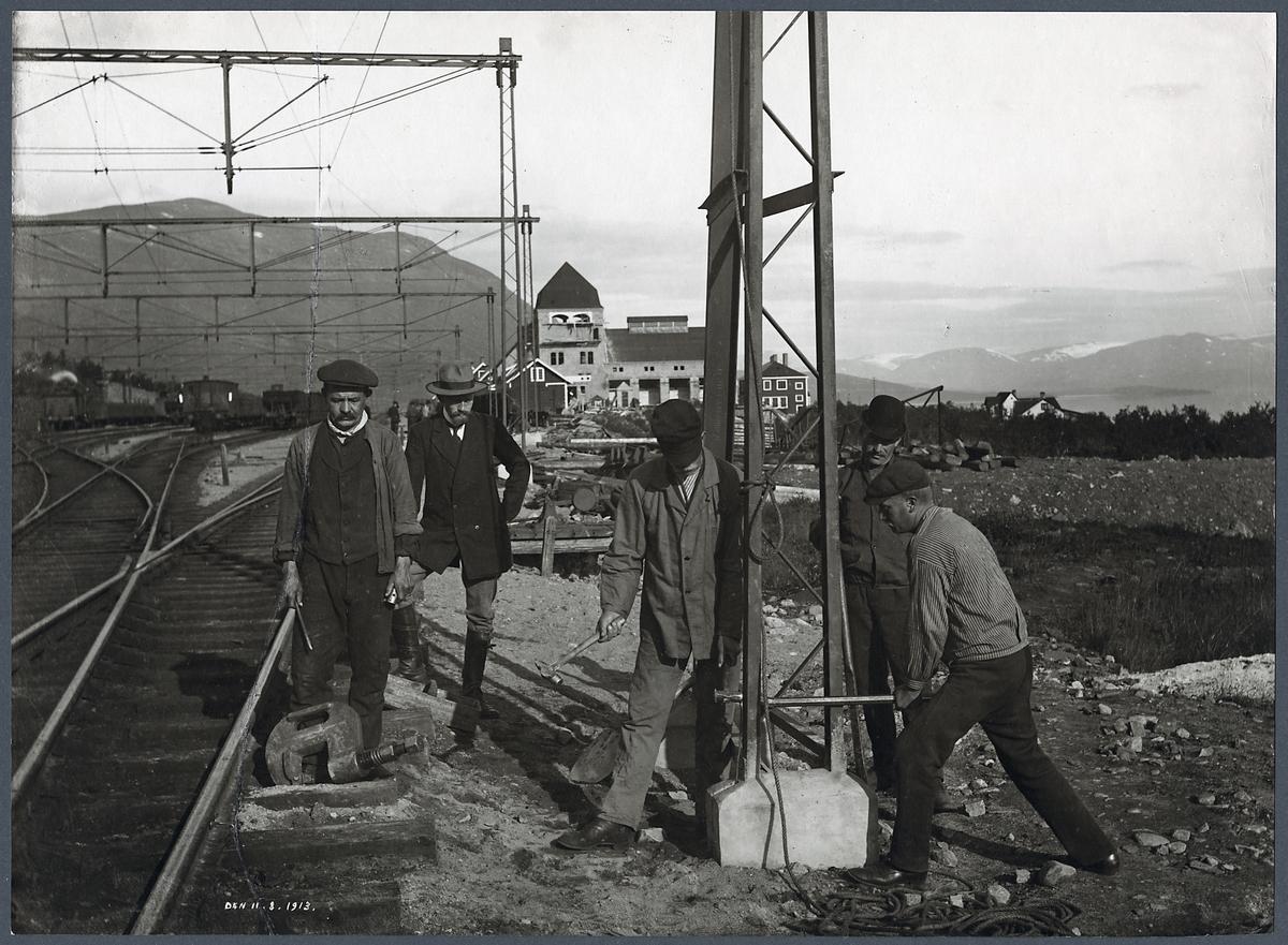 Arbete med kontaktledningsstolpe vid Abisko östra station.