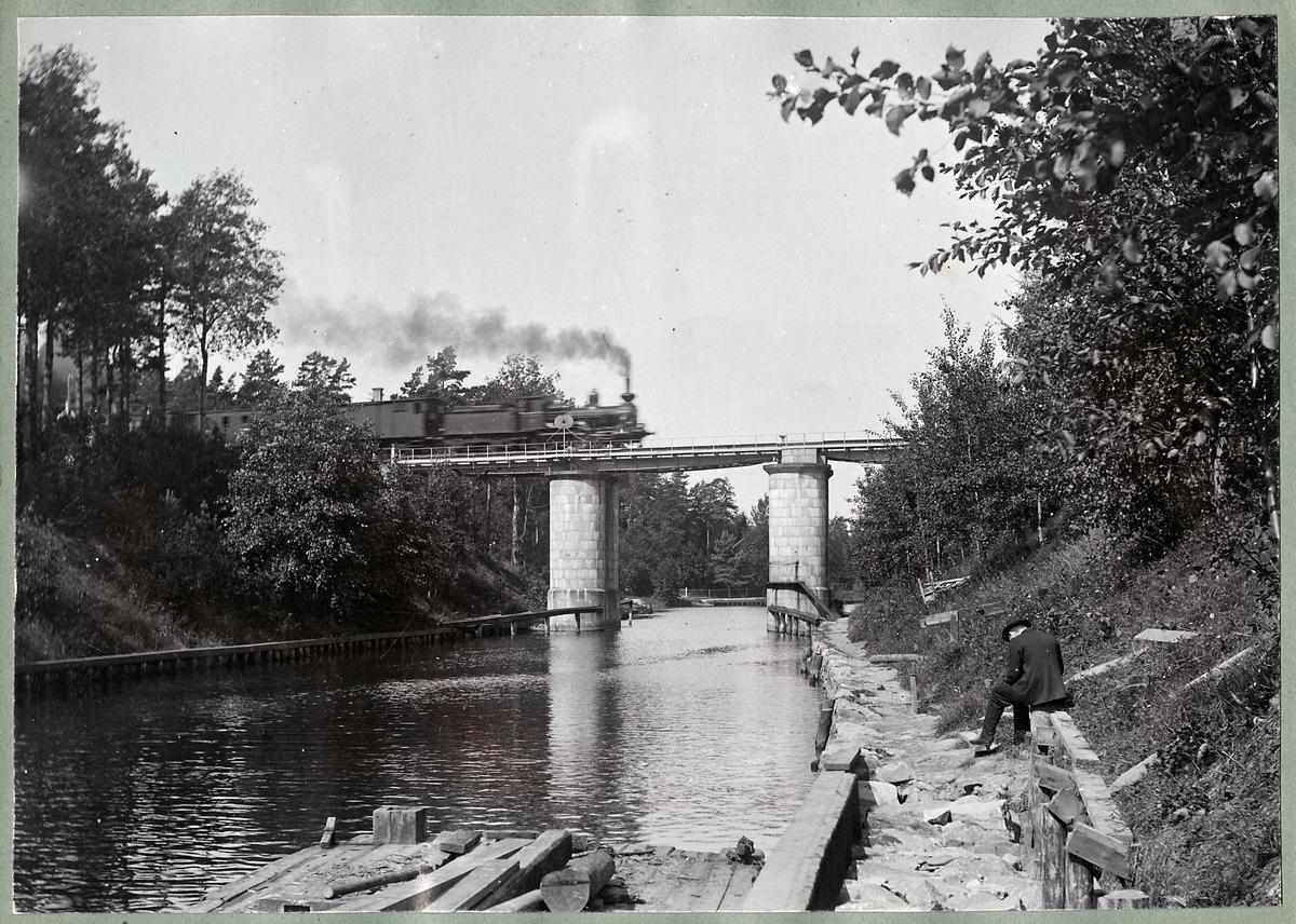 Svängbro över Södertälje kanal. Loket på bron, Statens Järnvägar, SJ Da. Fotografen till höger är Ingenjör Vincent Ahlberg.