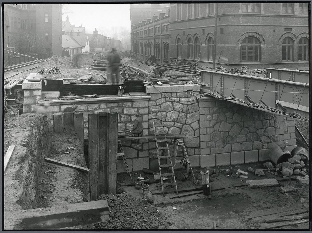 Byggnation av vägport över Trollebergsvägen i Lund. Plintarna på plats för södra landfästet för nedspåret.