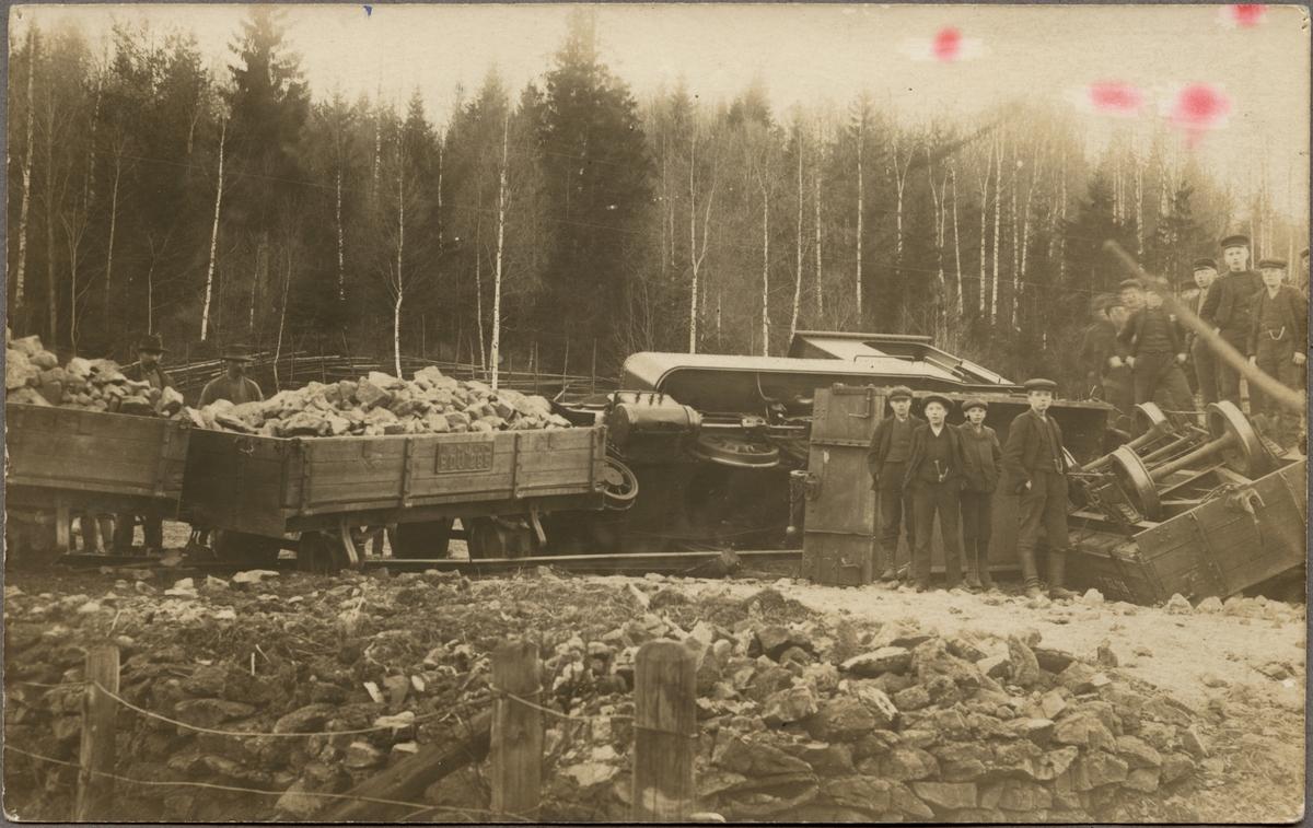 Bredsjö - Dalkarsbergs Järnväg, BDJ lok 5 och BDJ J 285 lastad vagn och BDJ J 250 tomvagn. Tågolycka mellan Dalkarlsberg och Vikersvik april 1912 vid Skrikarhyttan.