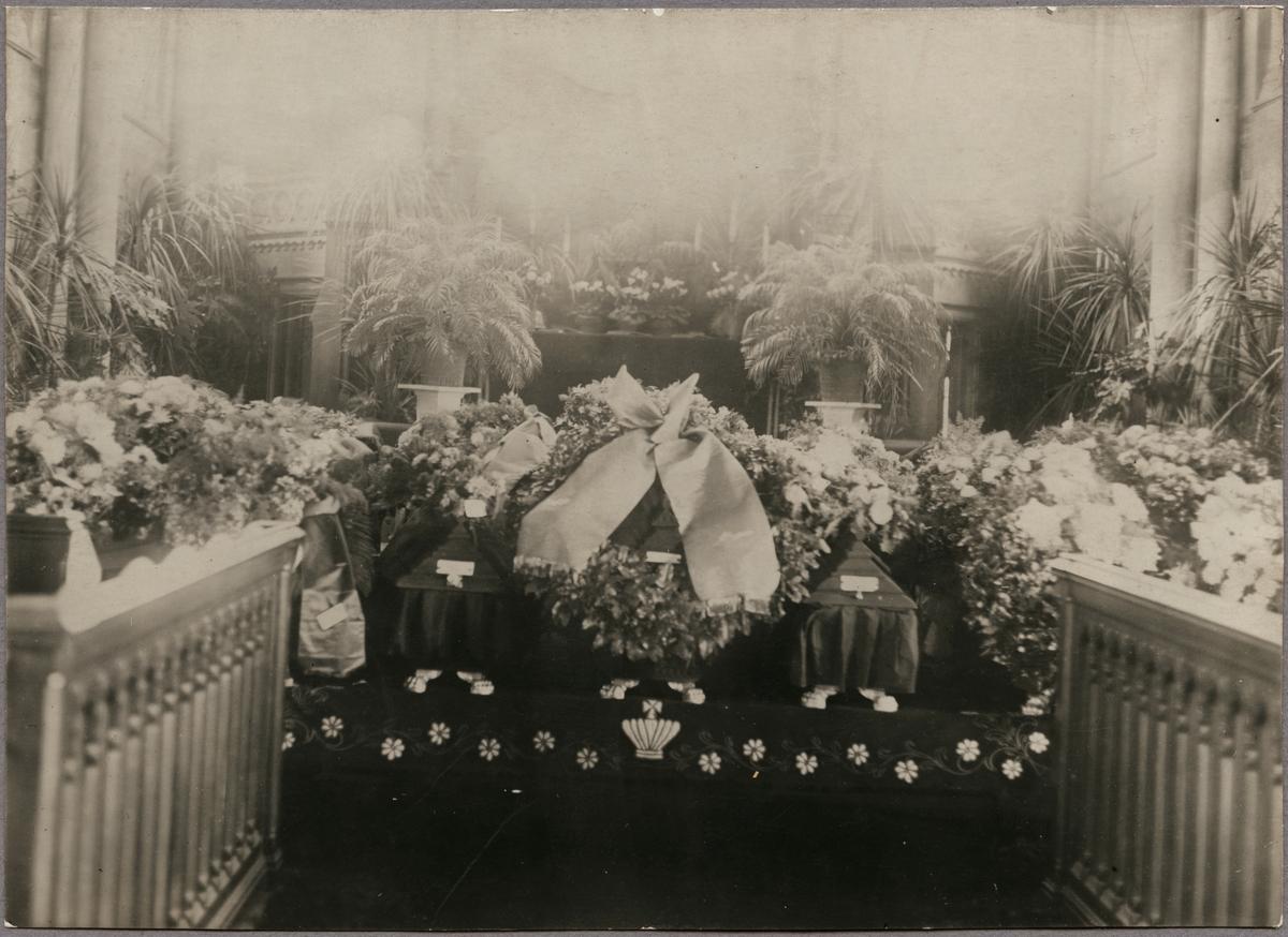 Kistor med omkomna från Getåolyckan under begravning i Matteuskyrkan, Norrköping.