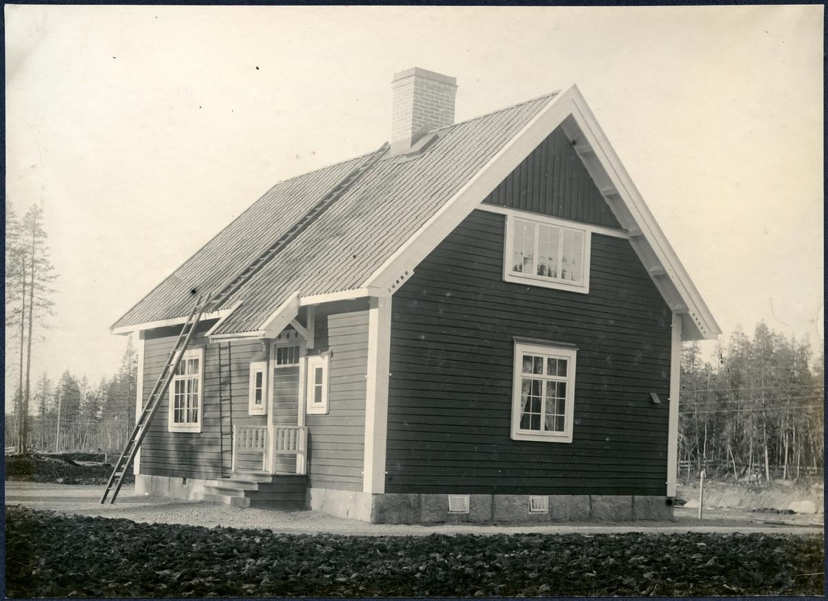 Östra Flakaträsk Stationsstuga. Hållplats anlagd 1915. En och en halv vånings stationshus i trä. Även lastplats 1917-08-02. Stationsstugan såldes i slutet av 1960-talet. Banvakten bosatt i stationshuset. 2 rum och kök Huset är numera privatbostad, väntsal och expedition har byggts om till bostad.