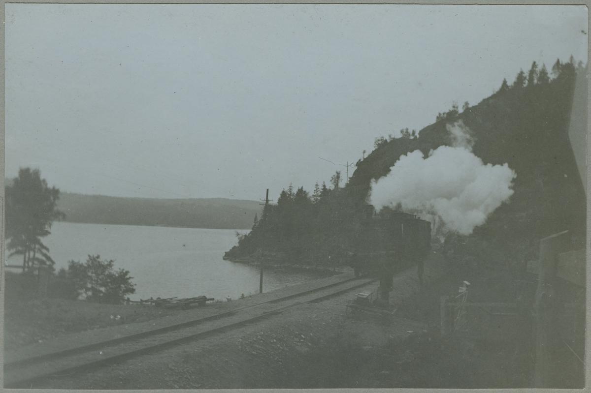 Bohusbanan vid sjön Hällungen.