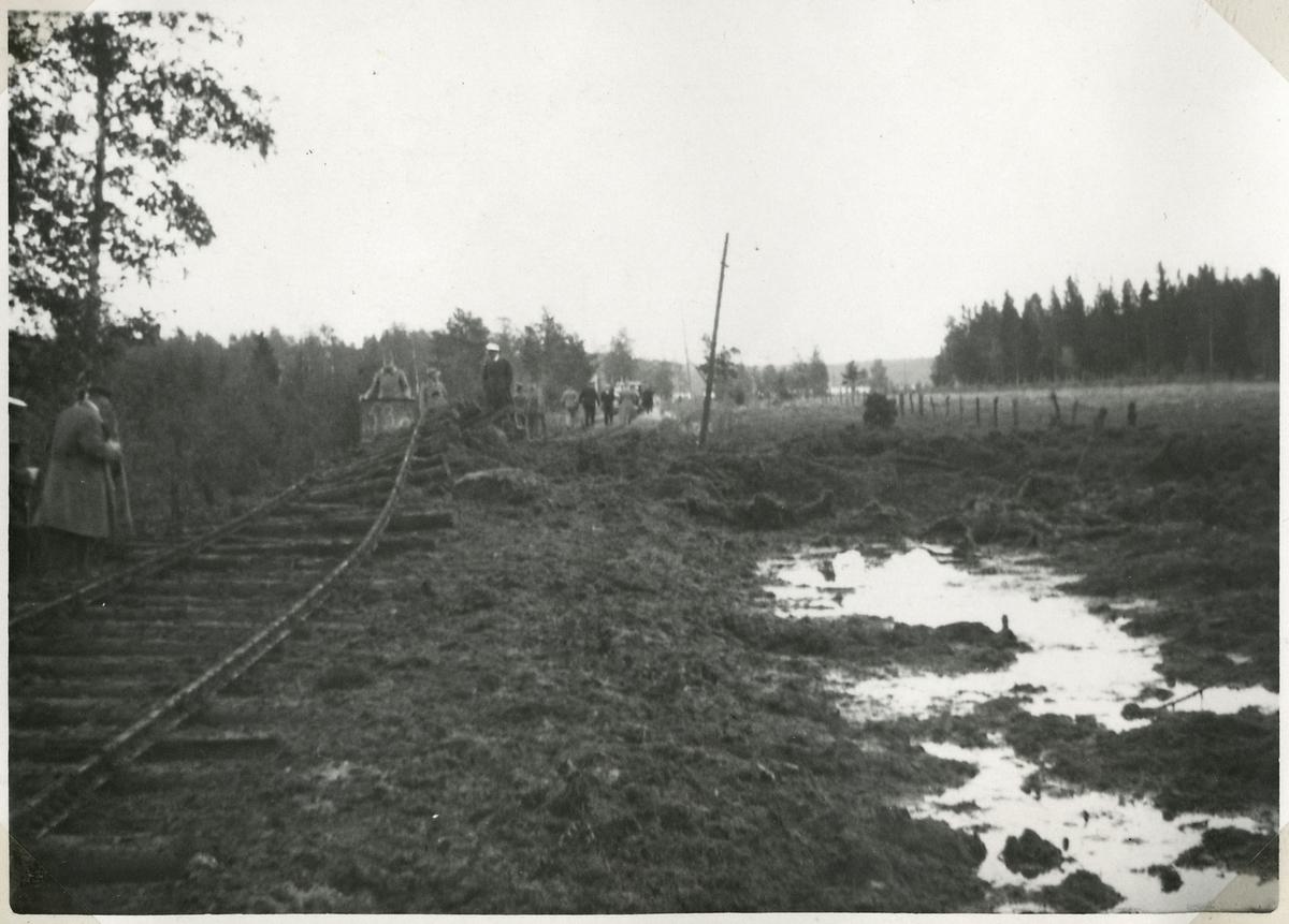 Bombningen vid Svartälvs Järnväg. Efter 205 kg:s bomb vid banan.