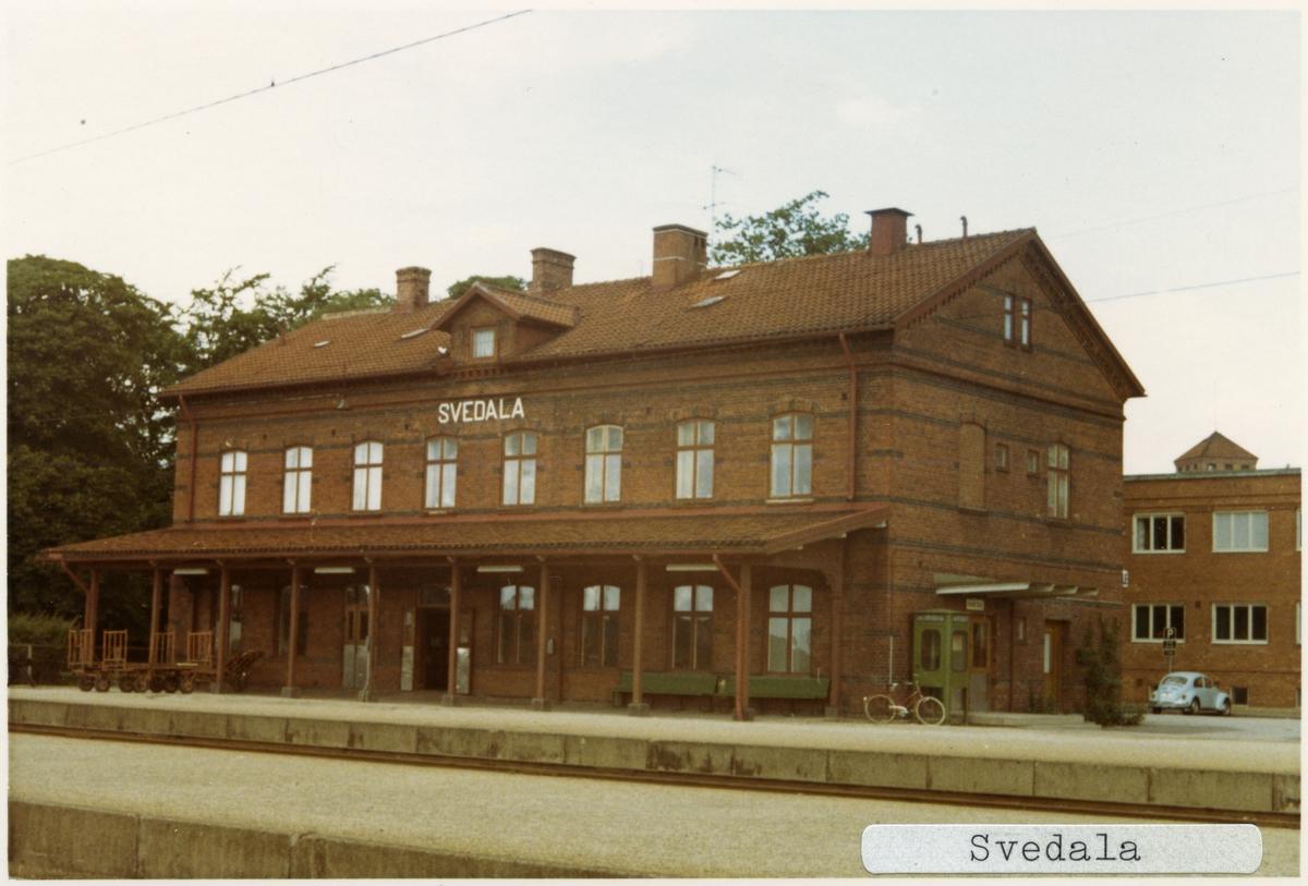Svedala station 1971. Malmö - Ystad Järnväg, MYJ. Stationen öppnades 1874. Det första stationshuset byggdes 1880. Det andra stationshuset byggdes 1894. Banan elektrifierades 1996.