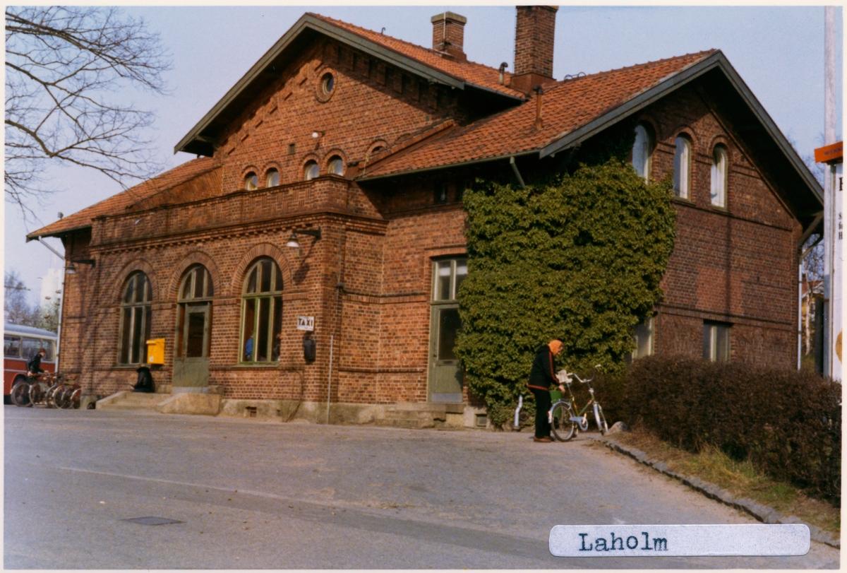 Järnväg Öppnades av SHJ 1885. Till SJ 1896. Eldrift 1935. Järnvägen omlagd 1996. Går ej längre förbi Laholm station.