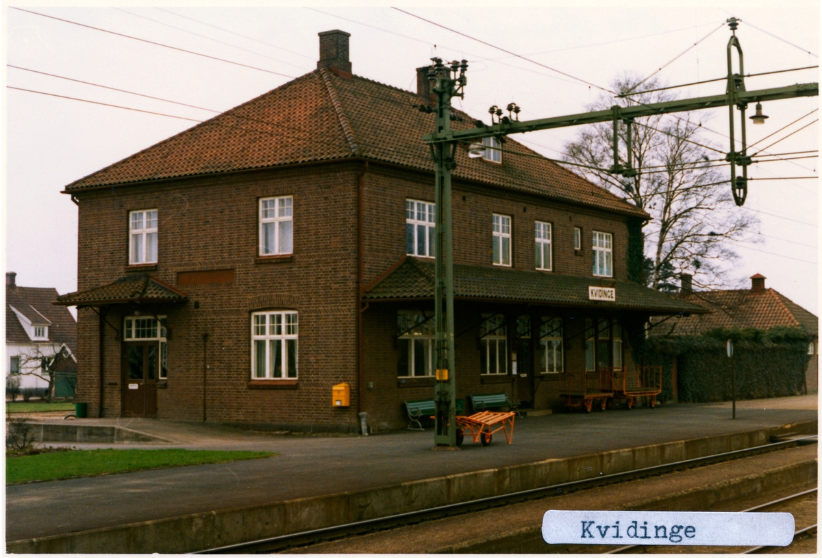 Stationen öppnad 1875. Det första stationshuset, som förlängdes 1886, ersattes 1918 av en ny byggnad väster om det äldre, två våningar i tegel. Det äldre huset revs på 1930-talet. Godsmagasin mittemot stationen.Till SJ 1940. Elektriferingen kom 1943.