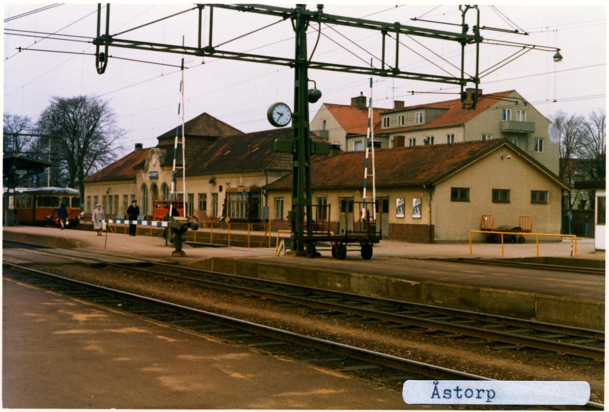 Statens Järnvägar, SJ Y Motorvagn, Stationen byggd 1874 envånings station i sten. Det ursprungliga stationshuset byggdes i början av 1900-talet om. Godsmagasin. Viadukt över banan i södra delen av bangården bygd 1914. Lokstall. Vattentorn byggt 1906, nu rivet.Stationen anlades 1874. Till SJ 1940. Elektriferingen kom 1943.