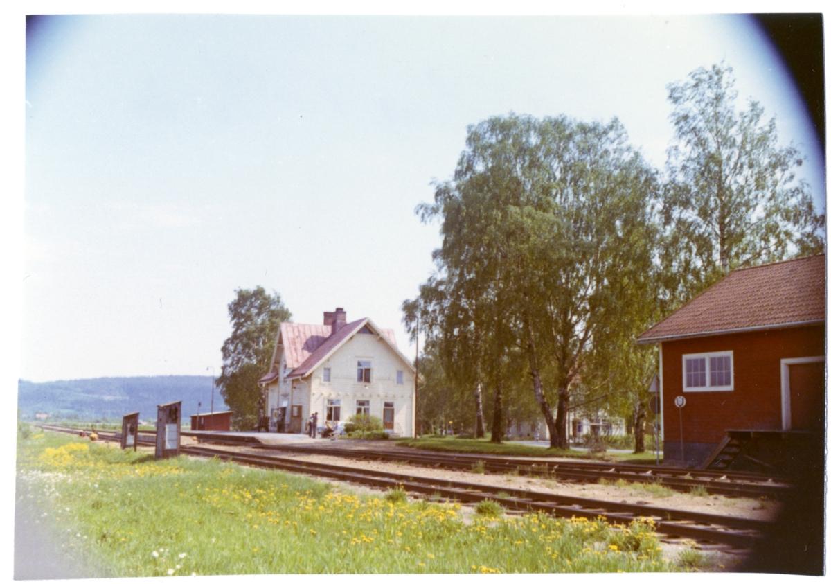 Statens Järnvägar, SJ. Stationen byggdes 1899. Stationen hette Spöland fram till 1940-05-14.