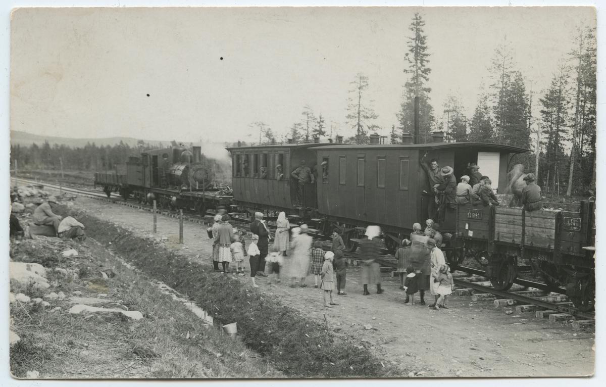 Banbyggnad Inlandsbanan. Text på baksidan: Byborna kokade kaffe och bjöd på, när rälsen kom till Slagnäs. SJ 5190
