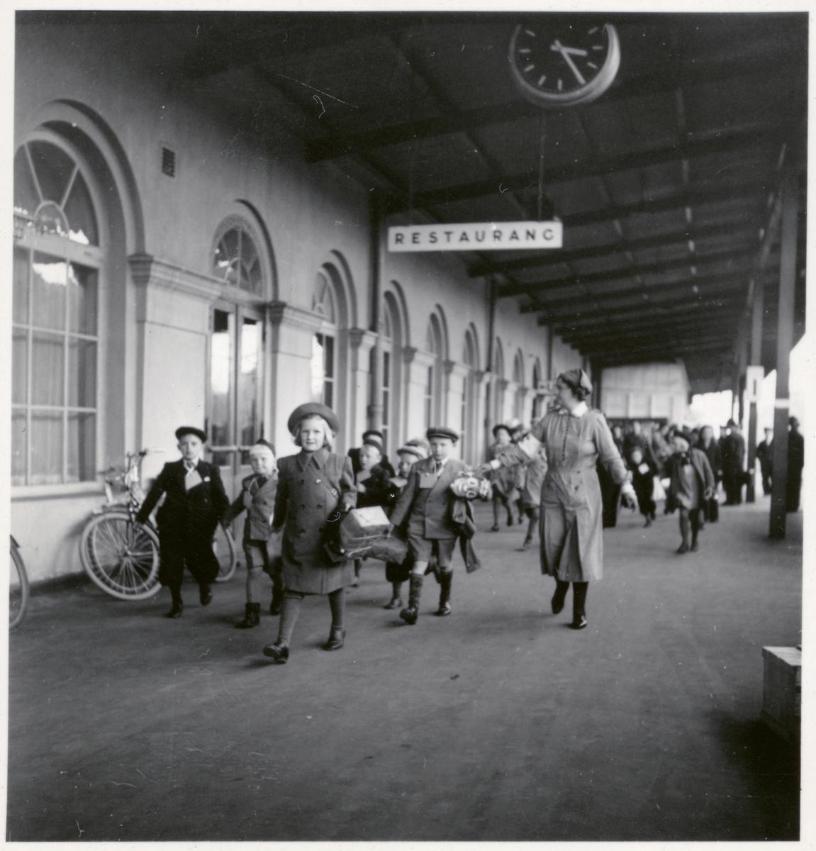 Barn från Finland i samband med barnevakueringen under kriget, här vid Krylbo station.