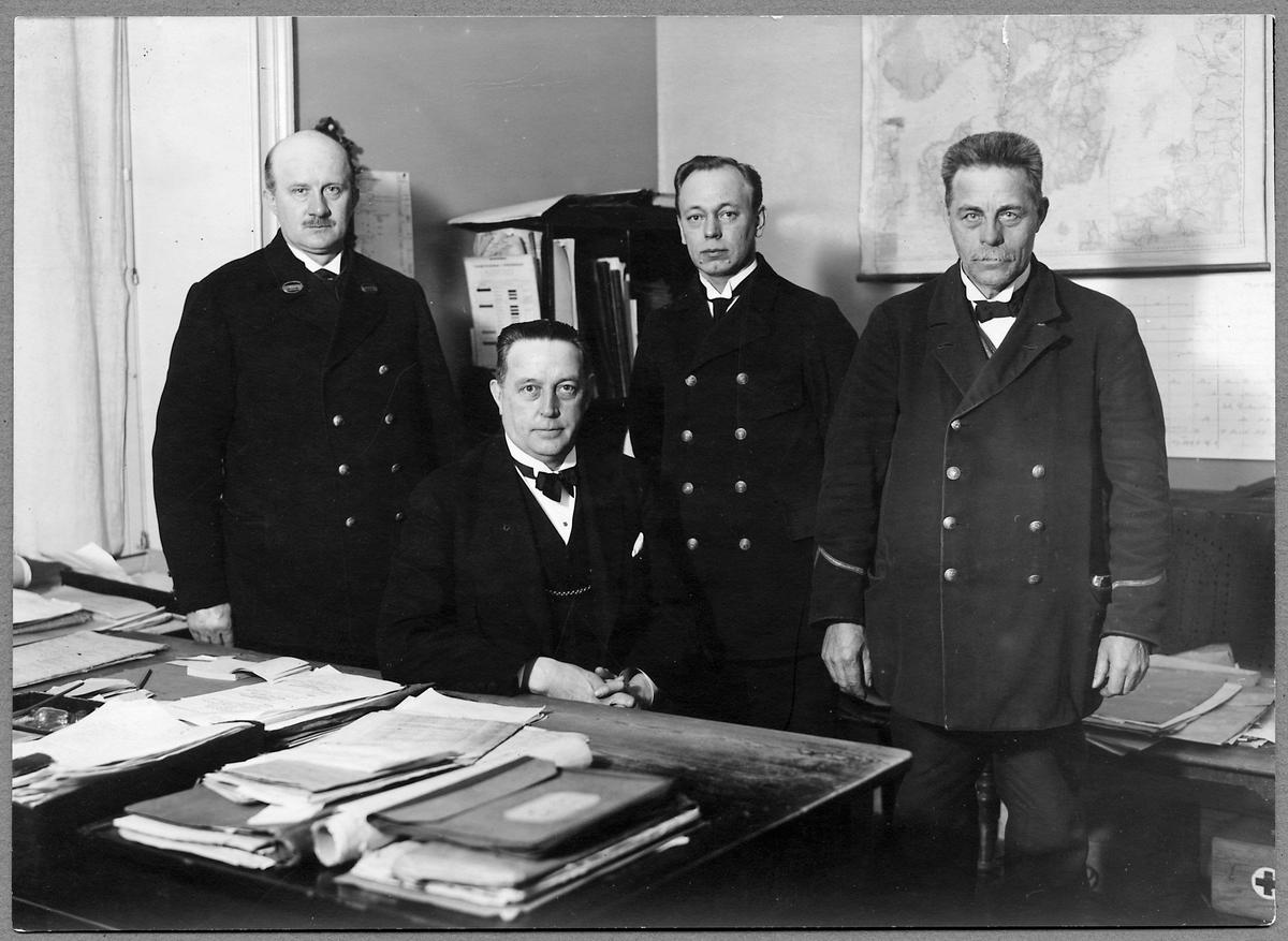 Gruppfoto på kontor i Hagalund Övre.