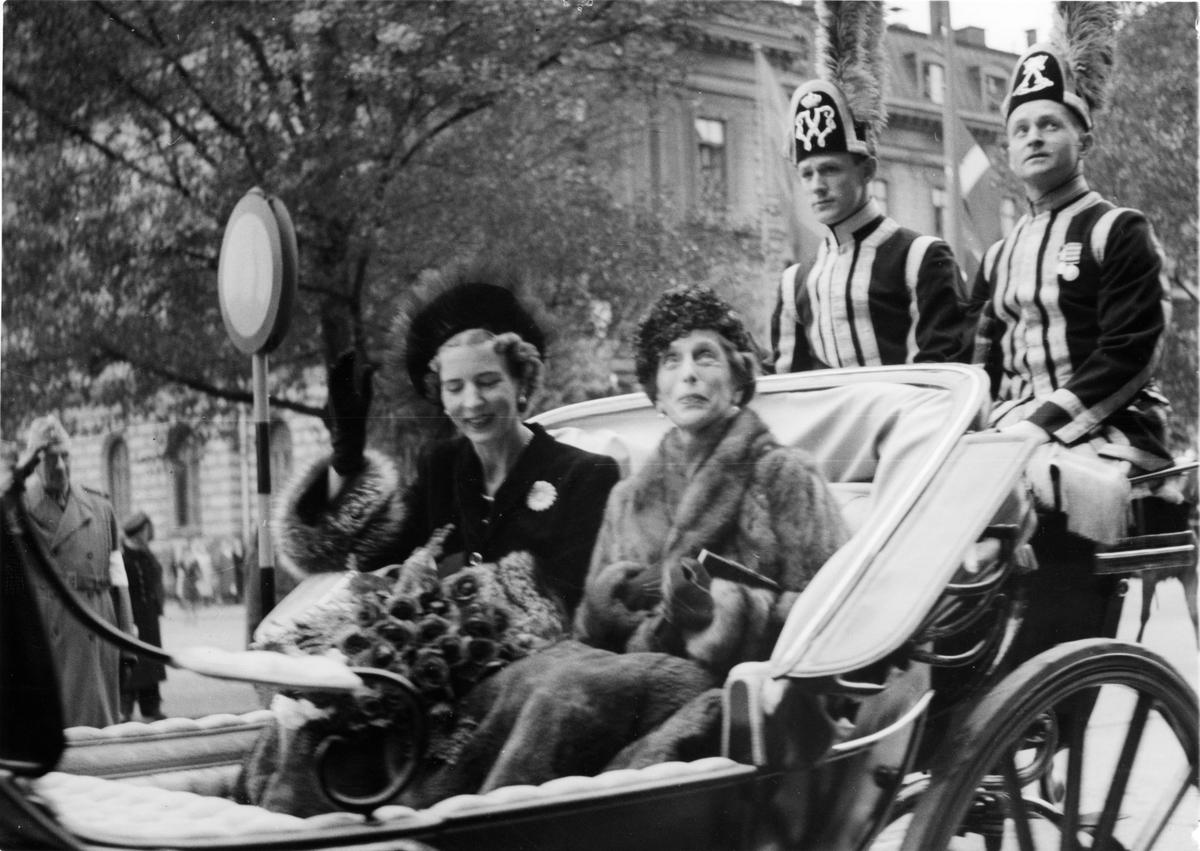 Drottning Ingrid av Dannmark och prinsessan Ingeborg åker kortege.