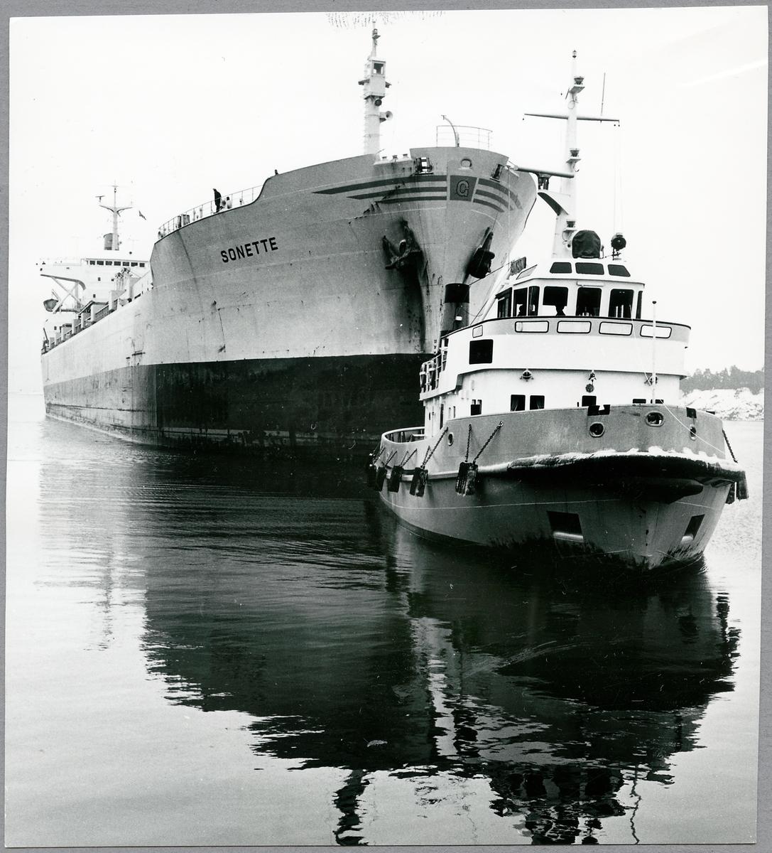 """Fartyget """"Sonette"""" med gödning till Indien."""