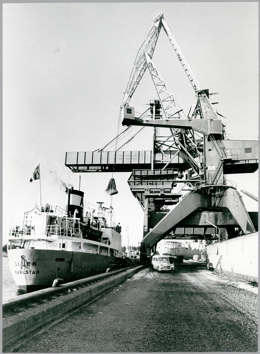 """Lossning av kalksten vid Oxelösunds hamn med fartyget """"Silen""""."""