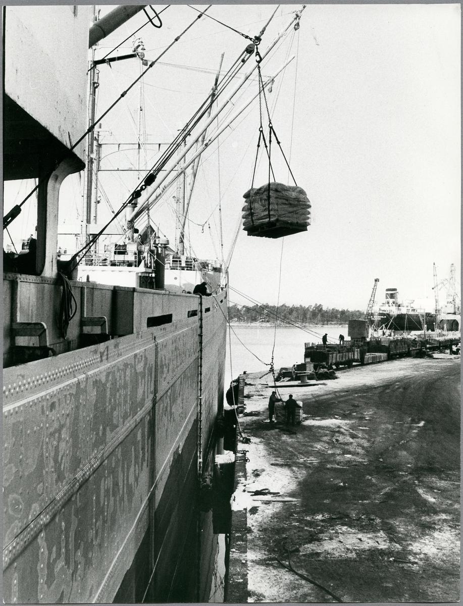 Lossning av gods vid Oxelösunds hamn.
