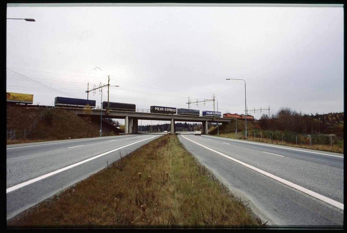 Godståg passerar vägviadukt. Statens Järnvägar, SJ Rc-lok.