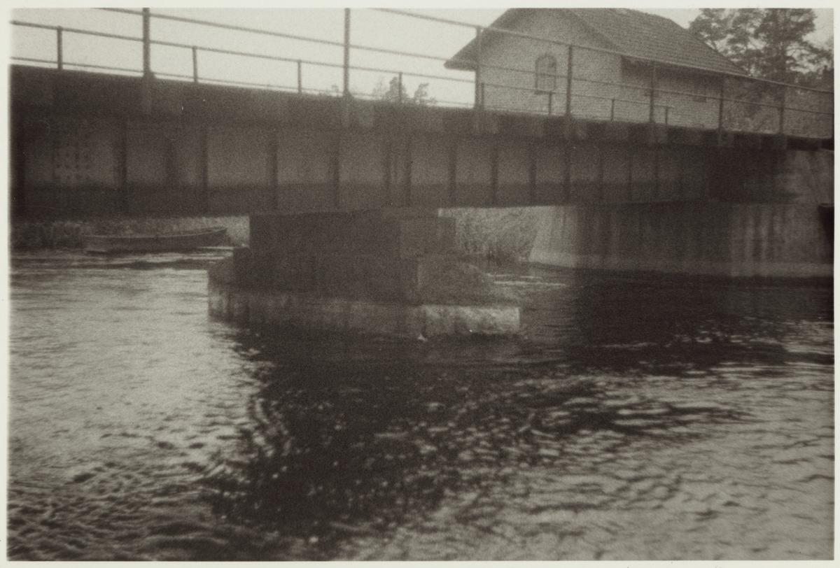 Järnvägsbro över ån vid Vedevågs stationsområde.
