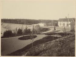 Banvall vid Bälgvikens järnvägsstation.