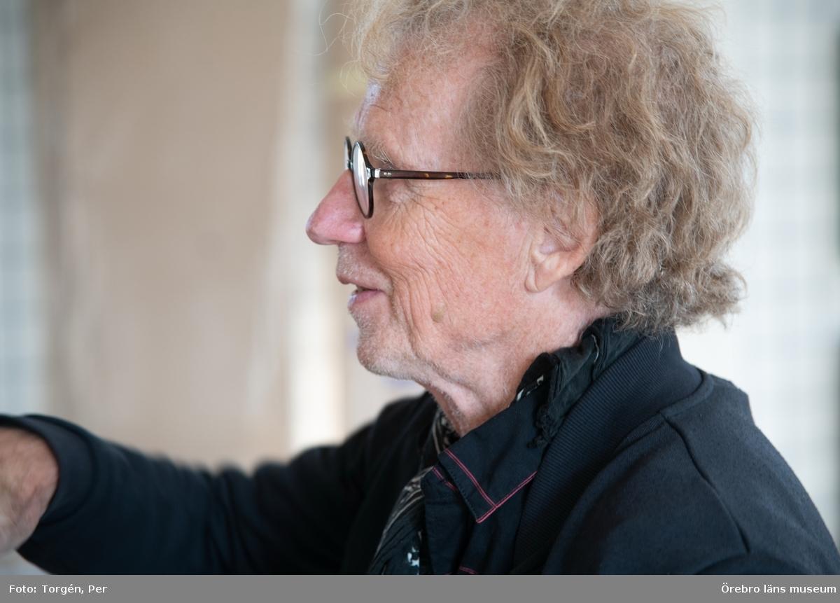 """Portätt tagna vid hängning av Jan Håfströms utställning """"Barnet i tornet"""""""
