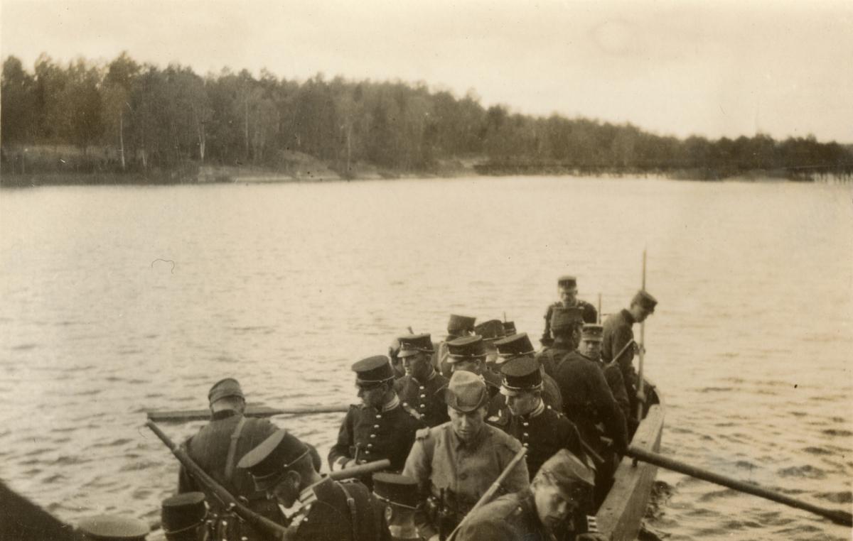 Soldater under överskeppning.