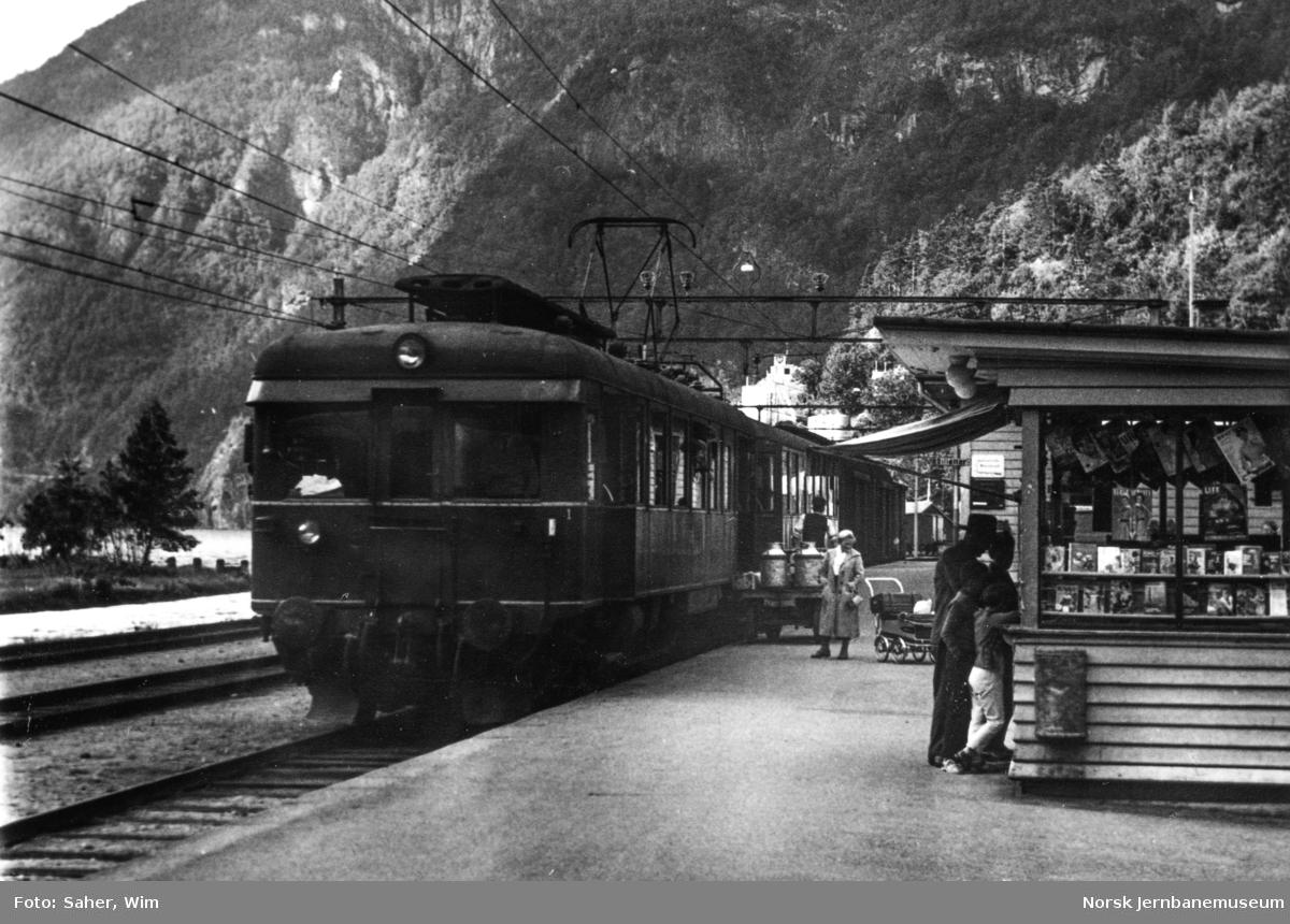 Elektrisk motorvogn Bmeo 64 06 med persontog til Voss på Granvin stasjon.