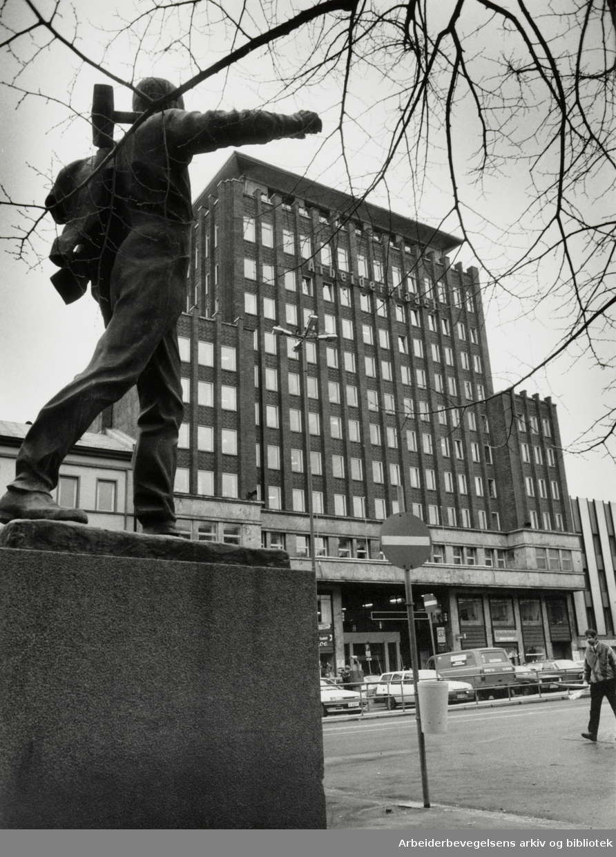 Folketeaterbygningen. Foran, pioneren. Mars 1989