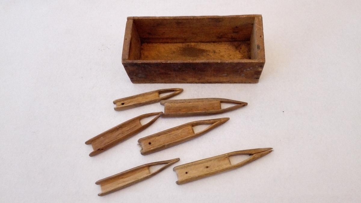 Form: 6 nåler og lykkjeforma mal. Oppbevart i stifta treøskje saman med merkjelapp. Brukt til garnbøting Øskje.l:20 cm, b: 8 cm, h: 7 cm.