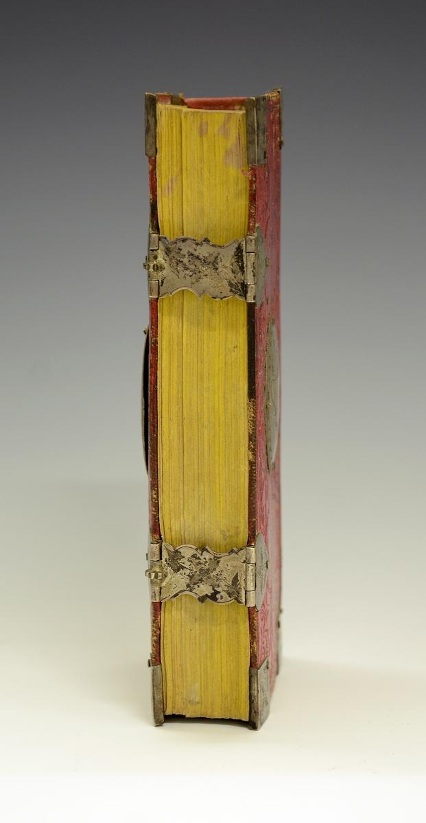 Salmebok med sølvbeslag.  Fra protokollen: Psalmebog av L. Harboe og O. Høegh Guldberg, Chra. 1845. Salmeboka har i alt 14 sølvbeslag, utført av Tor Grinderud i Lunde og bærer hans stempel. Tor Grinderud var dødt i 1798 og døde i 1871. I oval sølvplate på forsida av permen er inngravert bokstavane MKD. På baksiden inngravert 1848.