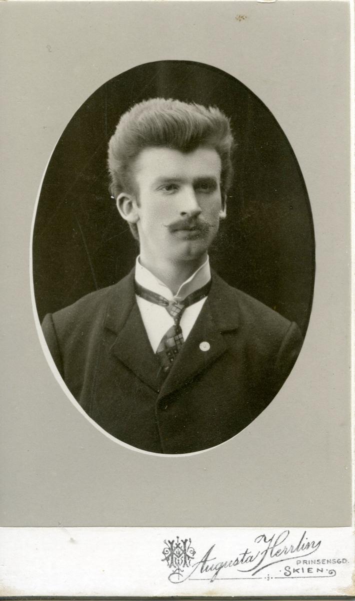 Portrett av lærar Einar Forberg frå Bø i Telemark.