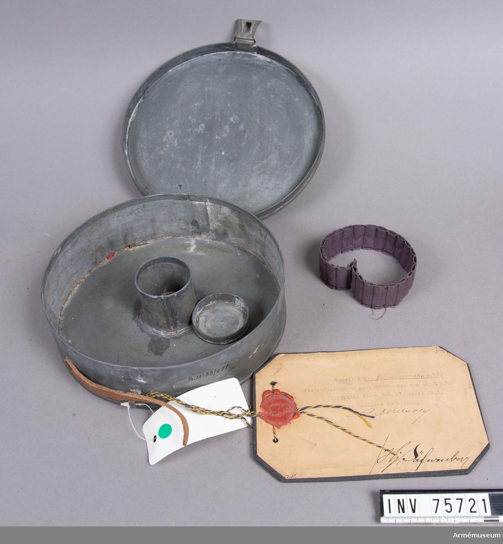 Grupp G III. I asken finns en hållare av tyg.