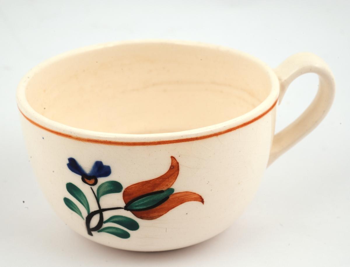 Forkostservise: 13 kopper. A, B og C er noe lavere og videre enn de resterende koppene. Med malt blomsterdekor på hvit grunnfarge.