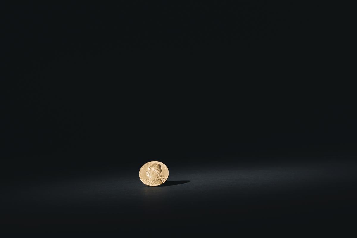 """Minnesmedalj över Otto Henrik Nordenskjöld. Framsidan: Bröstbild av Nordensköld. Text:Viceamiralen Frih. Otto Henrik Nordensköld 1747-1832. Baksidan: Lagerkrans och svärd. Text. Gud min sköld, Hogland den 17Juli 1788. Stämpel:  'Guld 1924""""."""